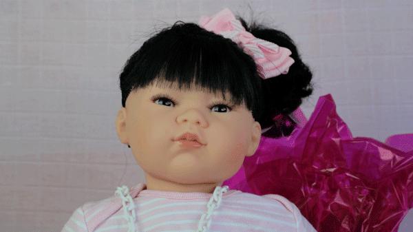 Yazmine es una preciosa bebe reborn articulada, blandita que mide 48 centímetros y pesa 2,2 kg. De tacto suave y piel arrugadita enamorará a toda la familia